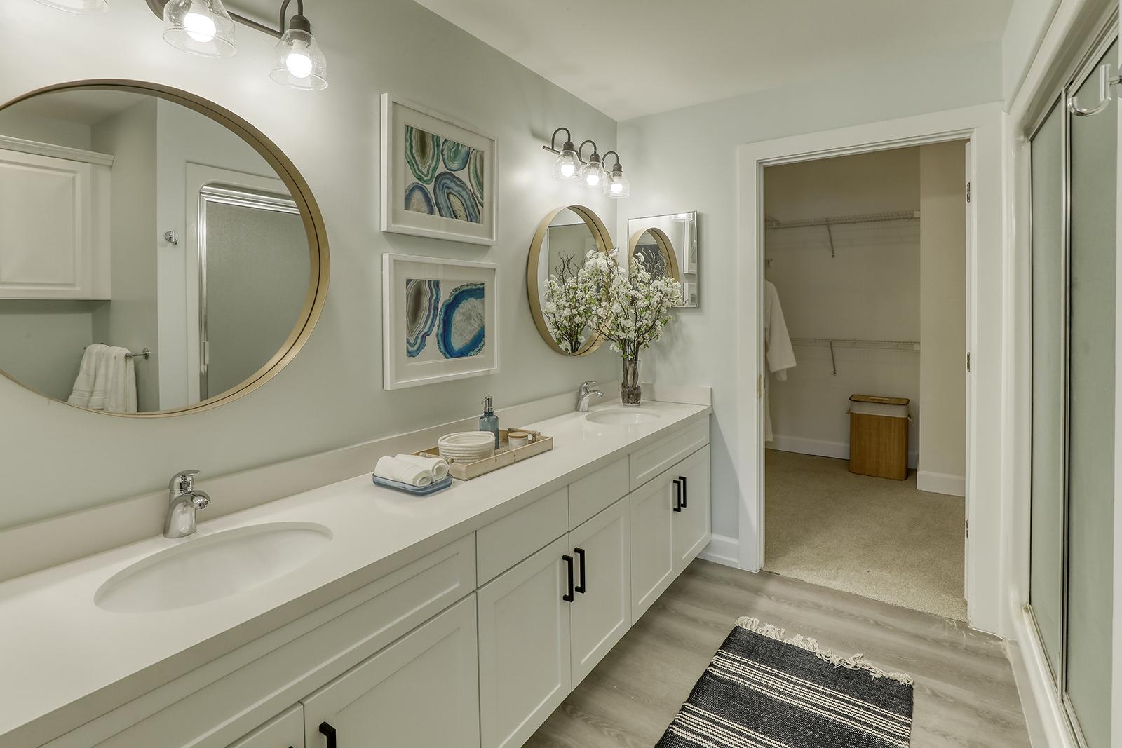 Unisen Villa - Master Bathroom and Walk-in Closet